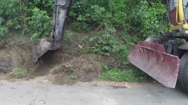 Pozo-de-excavación-de-retroexcavadora-en-el-lado-del-camino