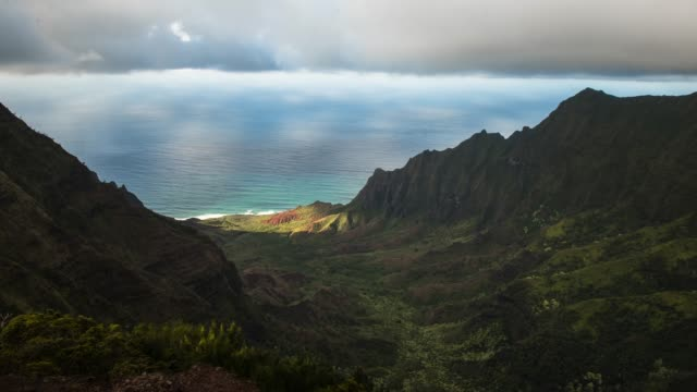 Clouds-Moving-Over-Lush-Hawaiian-Canyon