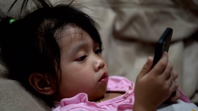 Kleine-Baby-Mädchen-mit-Smartphone