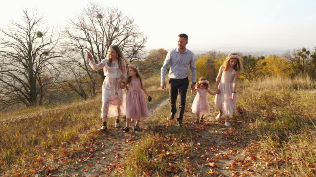 Familie-zu-Fuß-auf-einem-Hügel
