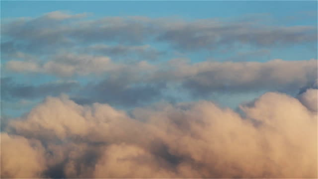 Clouds-timelapse-:-moving-cumulus-in-evening-sky