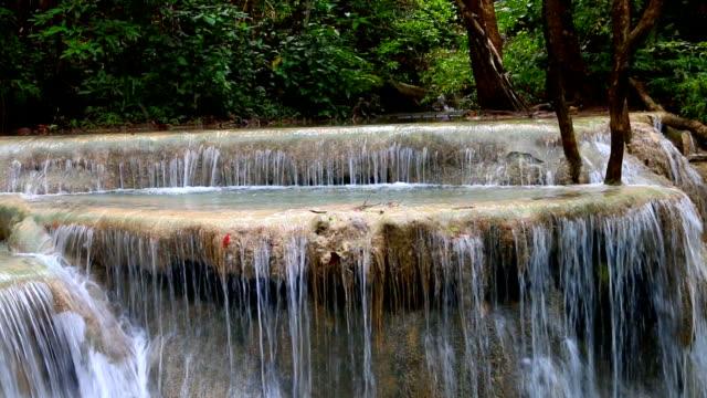 Bella-cascada---cascada-de-Erawan-en-el-Parque-Nacional-de-Erawan-en-Kanchanaburi-Tailandia-