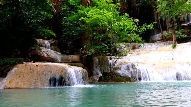 Schöner-Wasserfall---Erawan-Wasserfall-im-Erawan-National-Park-in-Kanchanaburi-Thailand-