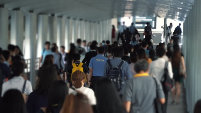 Menschen-gehen-um-die-Arbeit-im-Geschäftsviertel-der-Stadt-während-der-Rush-Hour-am-Sommertag