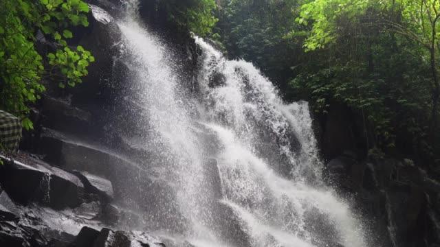 Wunderschönen-tropischen-Wasserfall-Bali-Indonesien