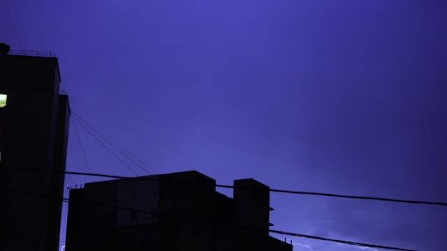 Blitze-in-den-nächtlichen-Himmel-in-der-Stadt-einen-hellen-Lichtblitz-in-den-Wolken-im-Regen-Gewitter
