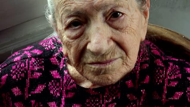 relajado-y-Serena-anciana-en-su-casa:-closeup-retrato-mirando-directamente-en-la
