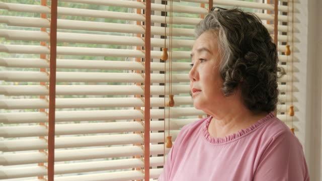 Asia-mujer-senior-con-emoción-triste-Concepto-de-familia-estilo-de-vida-superior-