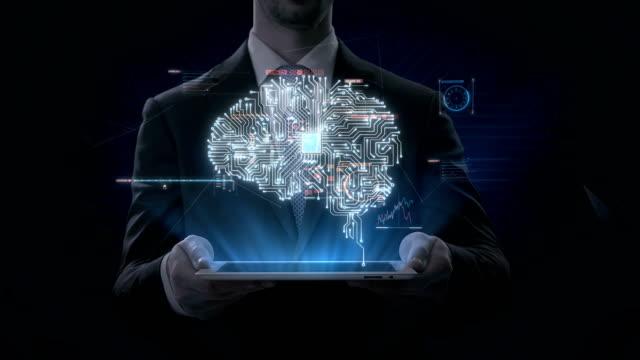 Tableta-elevación-de-empresario-cerebro-digital-había-conectado-circuito-de-chip-de-CPU-con-interfaz-digital-crecer-en-Inteligencia-Artificial-película-de-4K-