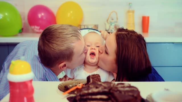 Los-padres-besan-a-un-bebé-bonito