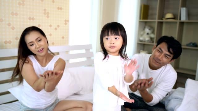 Familia-feliz-jugando-en-casa