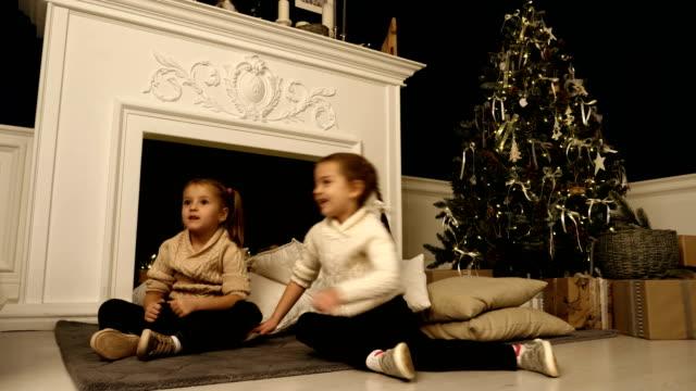 Dos-niñas-posan-durante-la-sesión-de-fotos-de-Navidad-Estudio-de-fotografía-antes-de-las-vacaciones