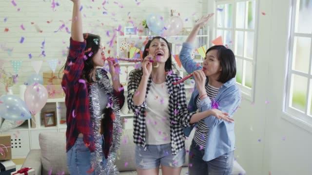 mujeres-jóvenes-bailando-jugando-con-balón-de-sopladores