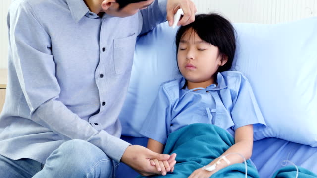 Niña-fue-cuidado-por-su-padre-en-el-hospital-Personas-con-concepto-sanitario-y-médico-