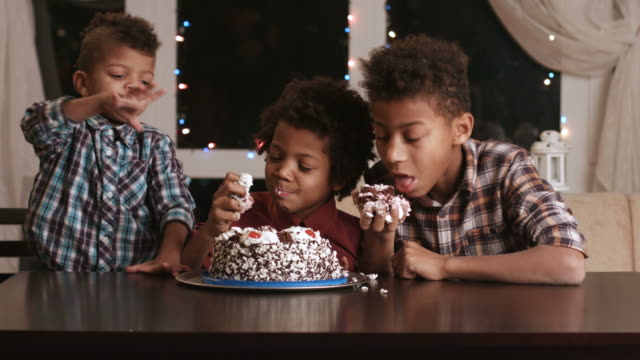 Three-afro-boys-eating-cake-