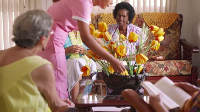 10-de-mujeres-mayores-jugando-juego-de-cartas-en-la-institución-de-cuidados-para-enfermos-terminales