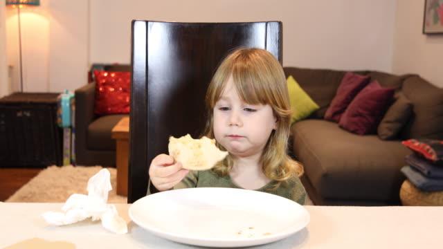 niño-comiendo-pizza-en-casa