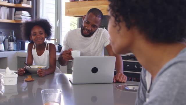 Familia-sentado-en-la-cocina-disfrutando-juntos-de-desayuno-de-la-mañana