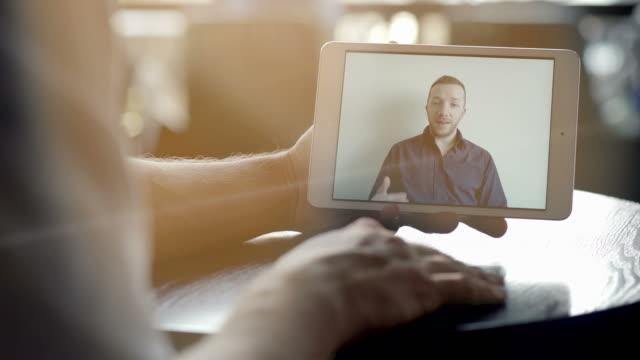 Mann-mit-Digital-Tablette-zu-kommunizieren-Freunde-die-Spaß-per-Videochat-zu-sprechen-