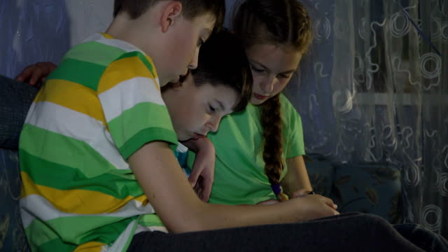 Children-Boys-playing-with-the-tablet