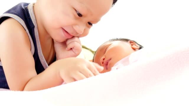 bueno-hermano-jugando-con-mamá-y-su-bebé-en-la-cuna-con-ternura-concepto-de-casa-feliz-en-snugness-salud-infantil-cómodo