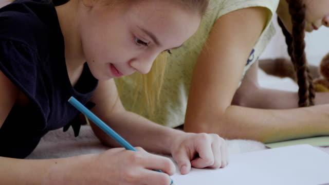 Dos-chicas-lindas-dibujen-con-lápices-de-colores