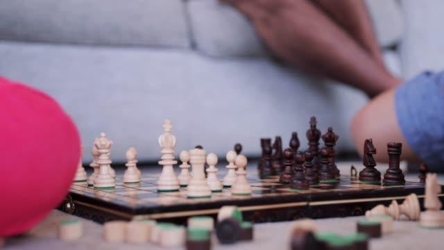 Kinder-spielen-eine-Partie-Schach