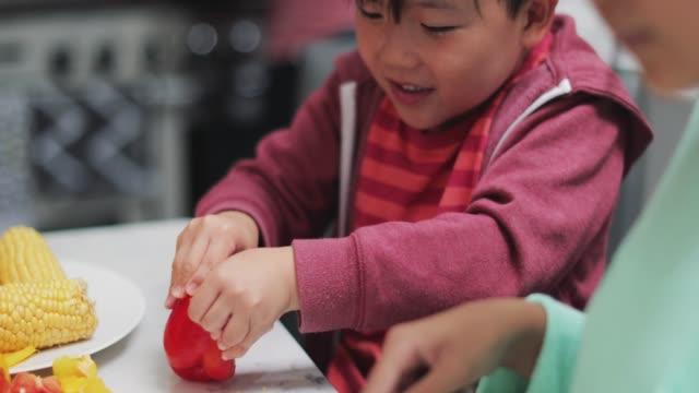 Niños-ayudan-a-preparar-las-verduras-para-la-cena