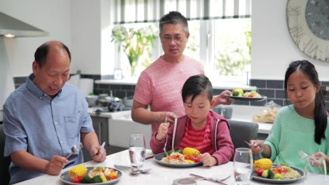 Familia-disfrutando-de-un-salteado-en-el-hogar