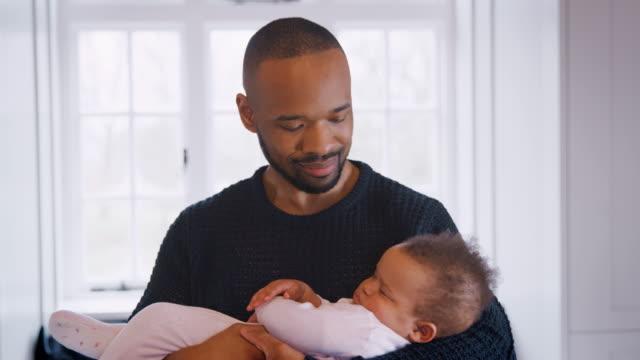 Nuevo-padre-abrazando-a-dormir-niña-en-guardería-en-el-hogar