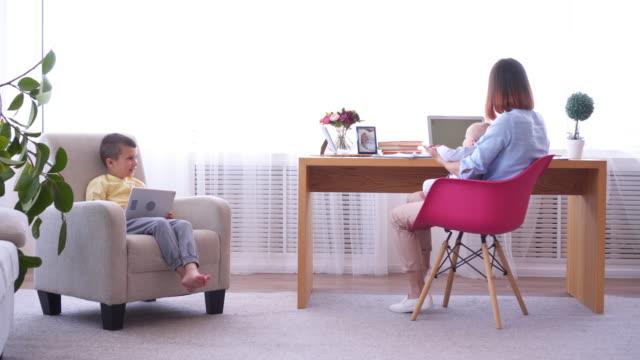 Mamá-jugando-con-el-bebé-durante-el-trabajo-desde-casa