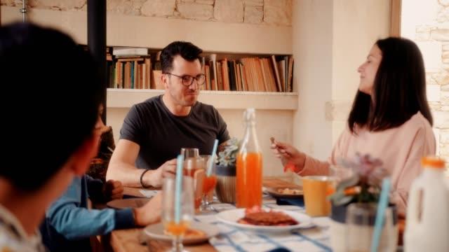 Marido-y-mujer-desayunando-con-los-niños-en-la-mañana