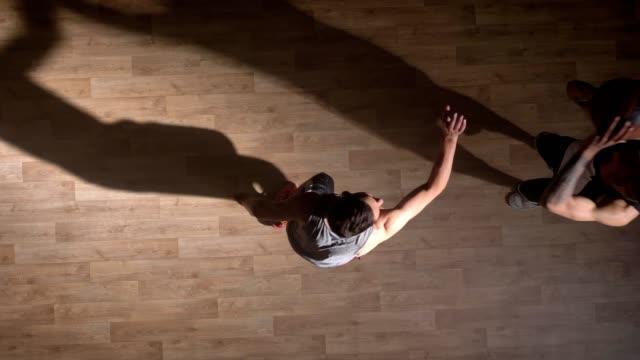 Topshot-zwei-Spieler-vor-eins-zu-eins-auf-Basketballplatz-Slam-Dunk