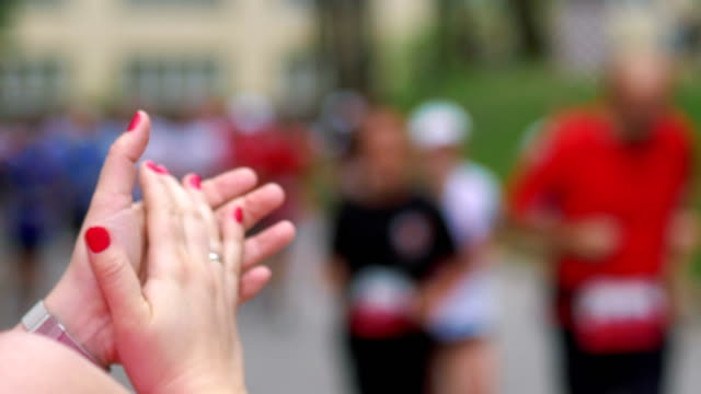 Woman-cheering-runners-and-clapping-hands-in-4k-slow-motion-60fps