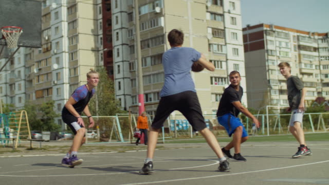 Streetball-players-passing-the-ball-on-court