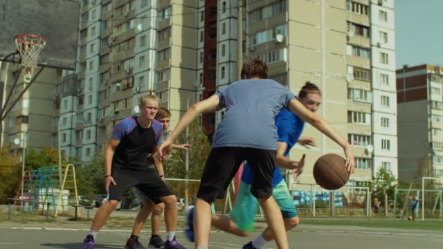 Protector-de-Streetball-robando-una-pelota-durante-el-juego-al-aire-libre
