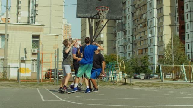 Jugadores-de-Streetball-marcador-punto-tiro-en-salto