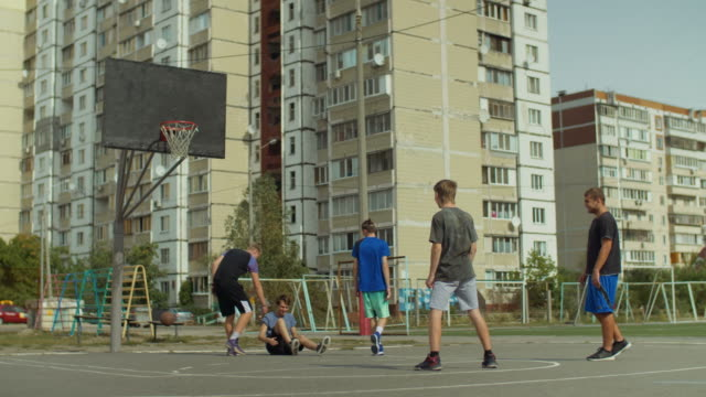 Defensor-cometa-una-falta-durante-el-juego-streetball