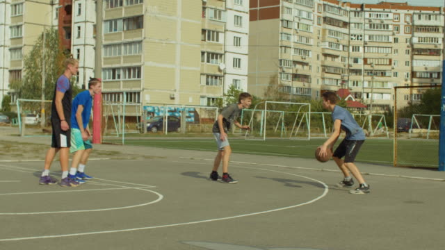 Streetball-player-dribbling-the-ball-on-court