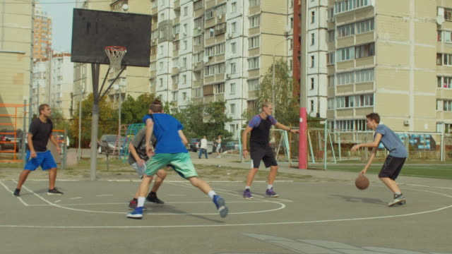 Basketball-player-making-assist-during-game