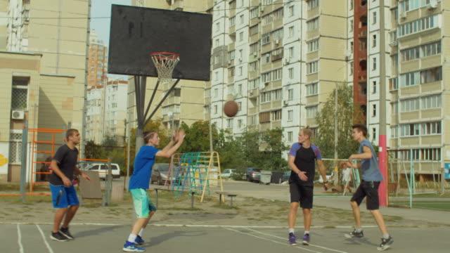 Offensive-Streetball-Team-erzielte-fieldgoal-auf-Platz