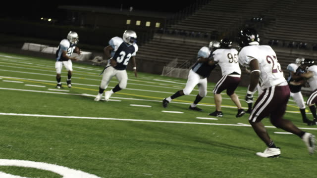 Running-back-fumbles-the-pitch