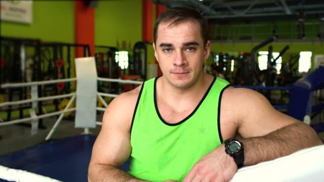 Joven-en-el-ring-de-boxeo-Deportista-mirando-a-la-cámara