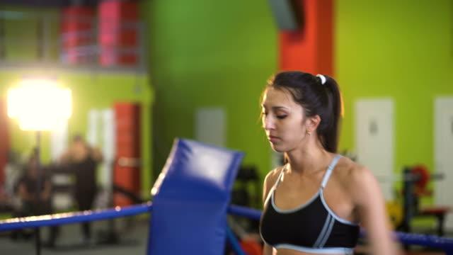 Entrenamiento-de-la-mujer-joven-pre-partido-de-calentamiento-en-el-ring-de-boxeo-