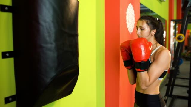 La-joven-boxeadora-golpeó-el-saco-de-boxeo-durante-el-precalentamiento-previo-al-partido-en-el-Club