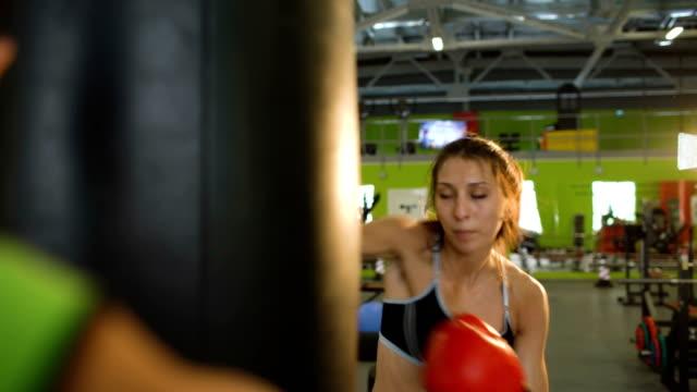 La-joven-boxeadora-golpeó-el-saco-de-boxeo-durante-el-precalentamiento-previo-al-partido-con-su-entrenador-en-el-Club