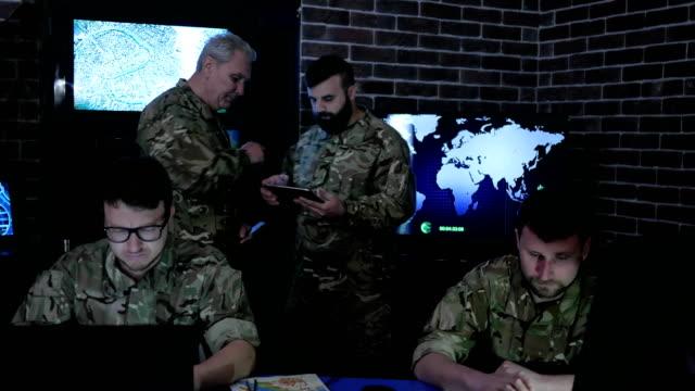 control-militar-base-de-la-guerra-grupo-de-militares-profesionales-sobre