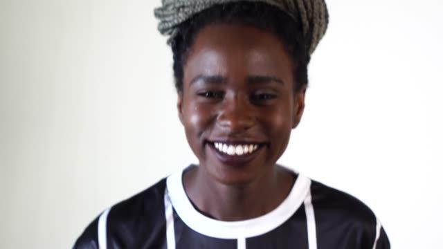 Hermosa-mujer-negra-sonriendo