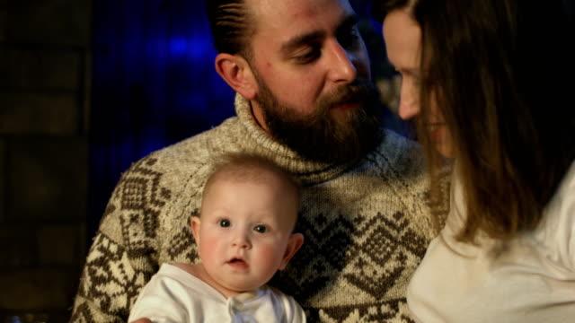 Familia-joven-feliz-con-niño-celebrando-la-Navidad