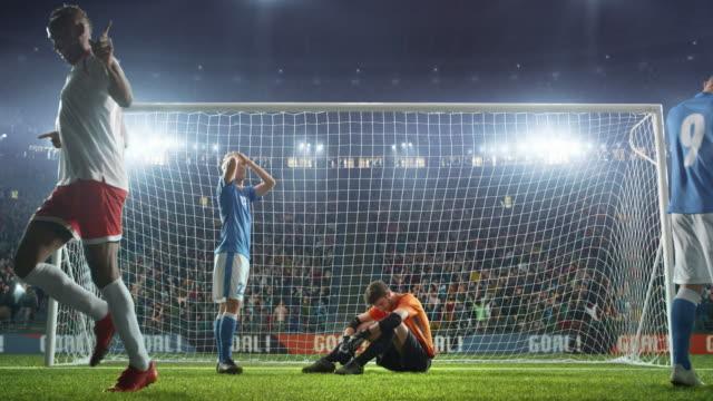 Jugador-de-fútbol-marca-un-gol-y-corre-alegremente-con-la-bola